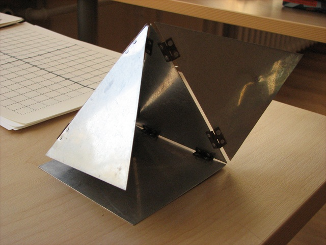 Homemade unfoldable pyramid in metal